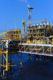 Olie en gasplatform in de zeeindustrie, stock foto's