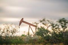 Olie en gasput fracking materiaal op het gebied royalty-vrije stock afbeeldingen