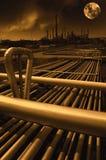 Olie en gasraffinaderij bij middernacht Stock Fotografie