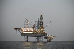 Olie en installatieplatformverrichting in Noordzee, Zware industrie in olie en gaszaken in zee, installatieverrichting Royalty-vrije Stock Foto