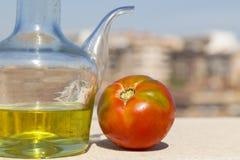 Olie en tomaat met de stad op de achtergrond Stock Foto's