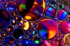 Olie en water in verzadigde kleuren Royalty-vrije Stock Afbeelding