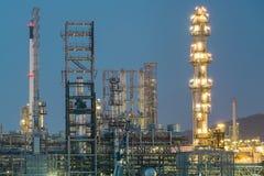 Olie petrochemische installatie in nacht Stock Foto's