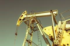 Olie pumpjack, industrieel materiaal Schommelende machines voor machtsgenertion Extractie van olie Aardolieconcept royalty-vrije stock afbeelding