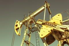 Olie pumpjack, industrieel materiaal Schommelende machines voor machtsgenertion Extractie van olie Aardolieconcept royalty-vrije stock fotografie