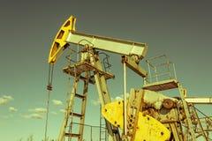 Olie pumpjack, industrieel materiaal Schommelende machines voor machtsgenertion Extractie van olie Aardolieconcept stock afbeelding