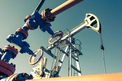 Olie pumpjack, industrieel materiaal Schommelende machines voor machtsgenertion Extractie van olie royalty-vrije stock foto's