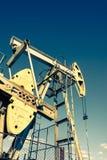 Olie pumpjack, industrieel materiaal Schommelende machines voor machtsgenertion Extractie van olie stock foto's