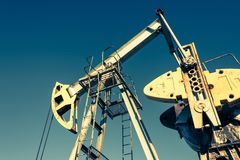 Olie pumpjack, industrieel materiaal Schommelende machines voor machtsgenertion Extractie van olie stock afbeeldingen