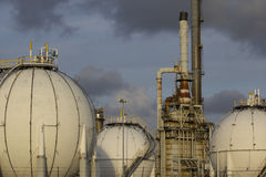 Olie-raffinaderij-installatie stock afbeelding