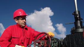 Olie Rig Worker op het Werk stock videobeelden