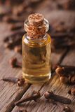 Olie van kruidnagels in een glasfles op een lijstmacro royalty-vrije stock foto