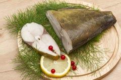 Olieachtige gerookte vissen en citroenplak Royalty-vrije Stock Fotografie