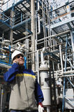 Oliearbeider die in telefoon binnen raffinaderij spreken Royalty-vrije Stock Foto