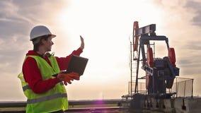 Oliearbeider en pomphefboom stock footage