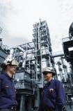 Oliearbeiders binnen grote chemische raffinaderij Royalty-vrije Stock Fotografie