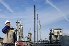 Oliearbeiders met grote raffinaderij Royalty-vrije Stock Afbeeldingen