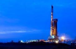 Oliebron bij nacht Stock Afbeeldingen