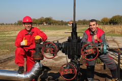 Oliebron en Twee Oliearbeiders Stock Fotografie