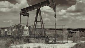 Oliebron op een landschap stock video