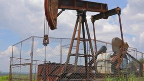 Oliebron op een landschap stock footage