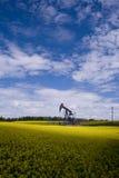 Oliebron op geel gebied royalty-vrije stock afbeelding