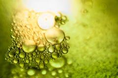 Oliedalingen en bellen op een de motoroppervlakte van het metaaltoestel Brede die Hoeklens door Lens GLB in het Midden wordt beha royalty-vrije stock foto