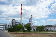 Oliedepot spoorweg, vervoer, tank, trein, bij een raffinaderij in Rusland materiaal en complexen voor koolwaterstofverwerking chi stock afbeelding