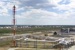 Oliedepot spoorweg, vervoer, tank, trein, bij een raffinaderij in Rusland materiaal en complexen voor koolwaterstofverwerking chi stock afbeeldingen