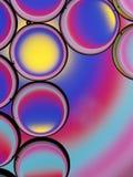 Oliedruppeltjes met kleurrijke achtergrond Stock Foto