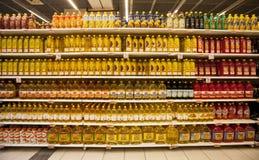 Olieflessen op de planken van een opslag Stock Fotografie