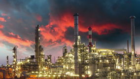 Olieindustrie - raffinaderijinstallatie, tijdtijdspanne stock footage