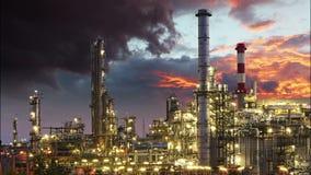 Olieindustrie - raffinaderijinstallatie, tijdtijdspanne stock videobeelden