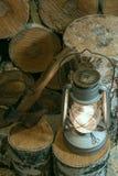 Olielamp, bijl en brandhout in de schuur royalty-vrije stock afbeelding