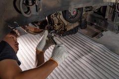Olielek in de motor stock fotografie
