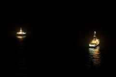 Olieplatform en schip op het overzees stock fotografie