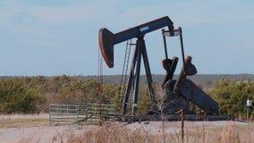 Oliepomp in het platteland van Oklahoma - Pomphefboom stock video