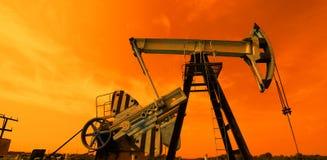 Oliepomp in rode tonen Stock Afbeeldingen