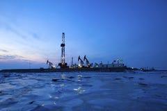 Oliepomp tegen het plaatsen van zon Stock Afbeelding