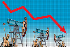 Olieprijscrisis De grafiekillustratie van de olieprijsdaling Stock Foto's