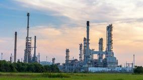 Olieraffinaderij, aardolie en energieinstallatie bij schemering met hemelachtergrond Royalty-vrije Stock Fotografie