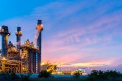 Olieraffinaderij, aardolie en energieinstallatie bij schemering met hemelachtergrond Stock Foto