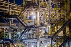 Olieraffinaderij bij avond Royalty-vrije Stock Foto