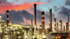 Olieraffinaderij bij de motie van de nachttijdspanne stock footage