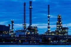 Olieraffinaderij bij schemering Royalty-vrije Stock Afbeelding