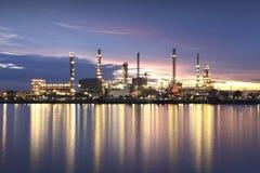 Olieraffinaderij bij schemering Stock Foto's