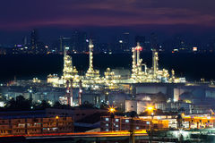 Olieraffinaderij bij schemering Royalty-vrije Stock Foto's
