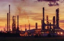 Olieraffinaderij bij schemeringhemel Stock Foto