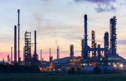 Olieraffinaderij bij schemeringhemel Stock Foto's