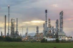 Olieraffinaderij bij schemeringhemel Royalty-vrije Stock Fotografie